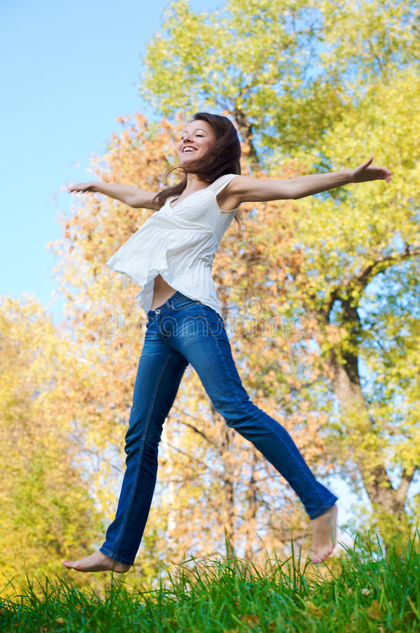 όμορφο ευτυχές άλμα κοριτσιών στοκ φωτογραφία με δικαίωμα ελεύθερης χρήσης