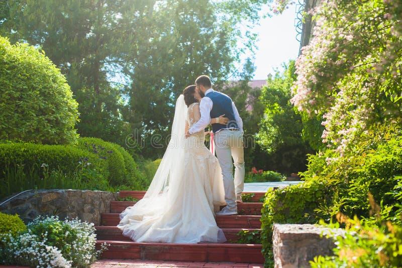 Όμορφο ευτυχές ακριβώς φίλημα παντρεμένων ζευγαριών στοκ φωτογραφία