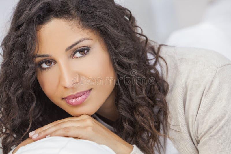 Όμορφο ευτυχές ισπανικό χαμόγελο γυναικών στοκ εικόνες