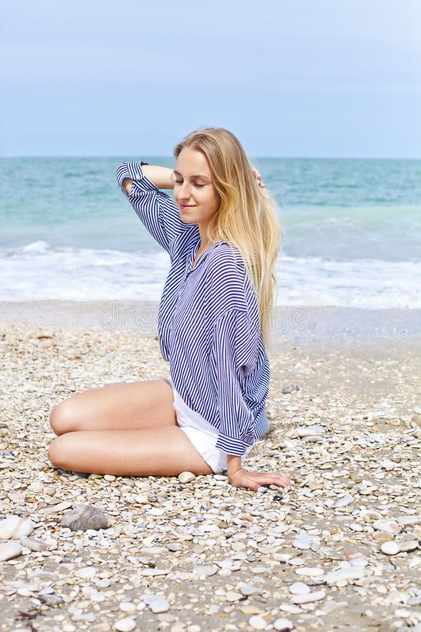 Όμορφο ευτυχές κορίτσι στην αδριατική παραλία Ταξίδι και διακοπές στοκ φωτογραφίες