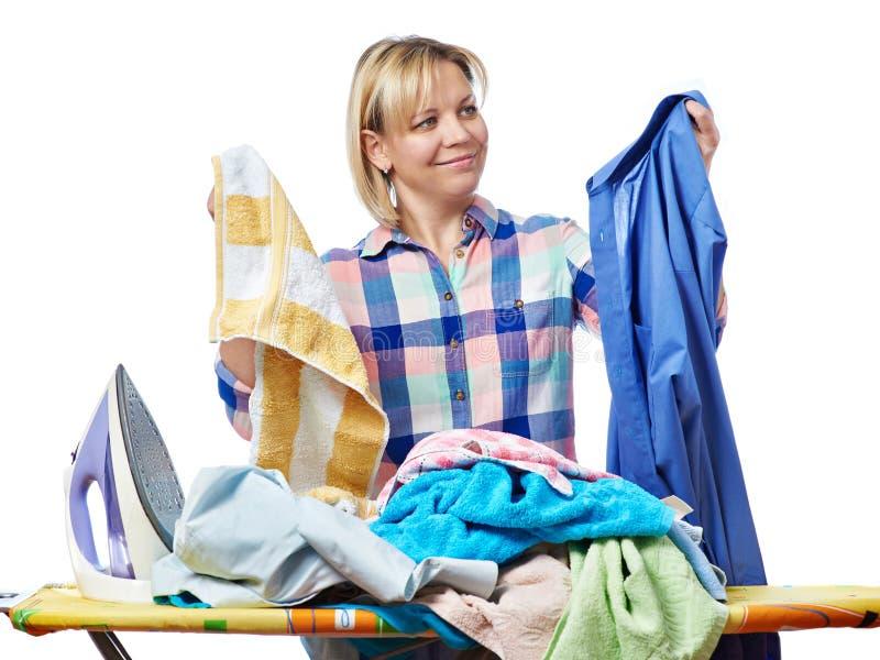 Όμορφο ευτυχές πλυντήριο εκμετάλλευσης νοικοκυρών γυναικών για το σιδέρωμα στοκ φωτογραφία