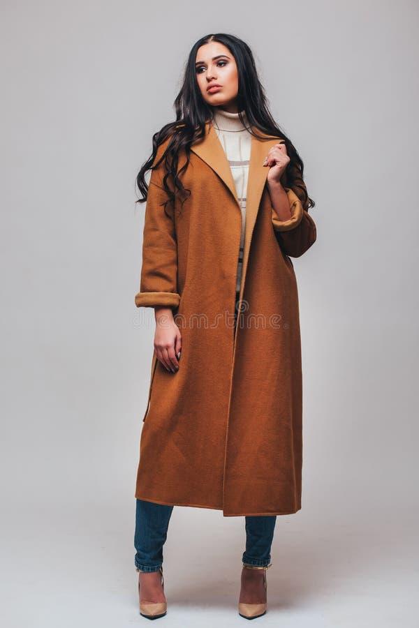 Όμορφο ευτυχές χαριτωμένο χαμογελώντας κορίτσι γυναικών brunette μόδας στοκ φωτογραφίες