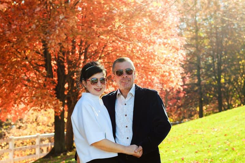 Όμορφο ζεύγος ερωτευμένο σε έναν περίπατο στο δάσος φθινοπώρου στοκ φωτογραφία με δικαίωμα ελεύθερης χρήσης