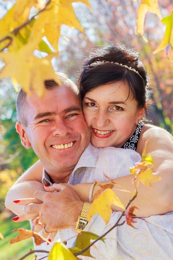 Όμορφο ζεύγος ερωτευμένο σε έναν περίπατο στο δάσος φθινοπώρου στοκ φωτογραφία
