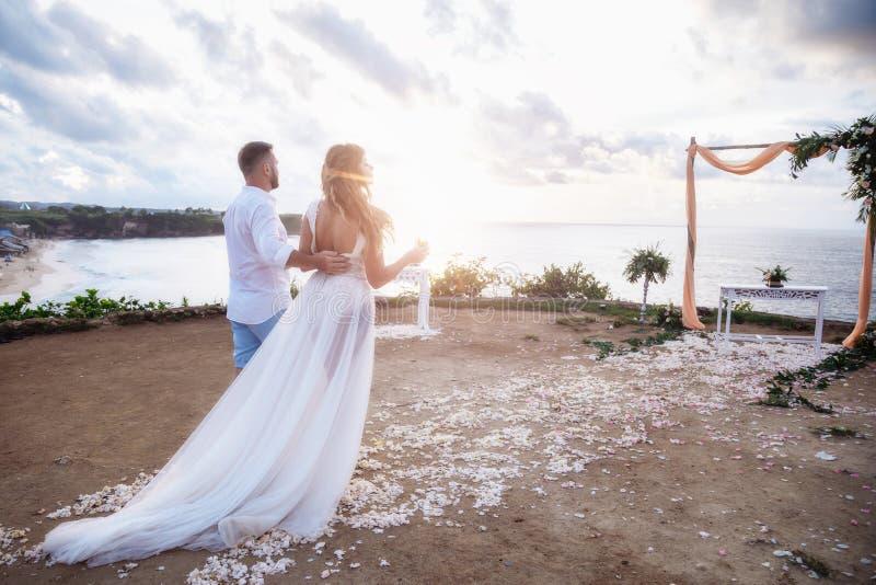Όμορφο ζεύγος κοντά στον ωκεανό, ρομαντικό ζεύγος μήνα του μέλιτος στοκ εικόνα με δικαίωμα ελεύθερης χρήσης