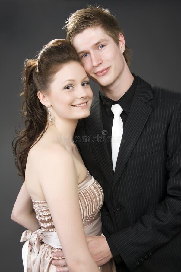 όμορφο ζεύγος που αγκαλιάζει τις νεολαίες πορτρέτου στοκ εικόνα