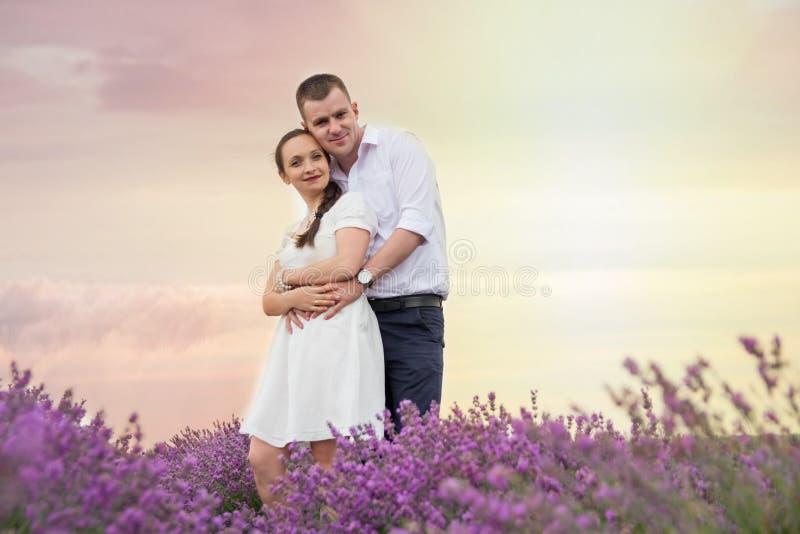 Όμορφο ζεύγος που αγκαλιάζει lavender στα λουλούδια στοκ φωτογραφία με δικαίωμα ελεύθερης χρήσης