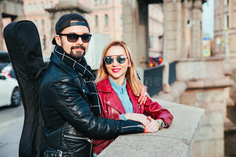 Όμορφο ζεύγος στα γυαλιά ηλίου στη γέφυρα στην πόλη Κλείστε επάνω το πορτρέτο αγάπη ζευγών στοκ φωτογραφία
