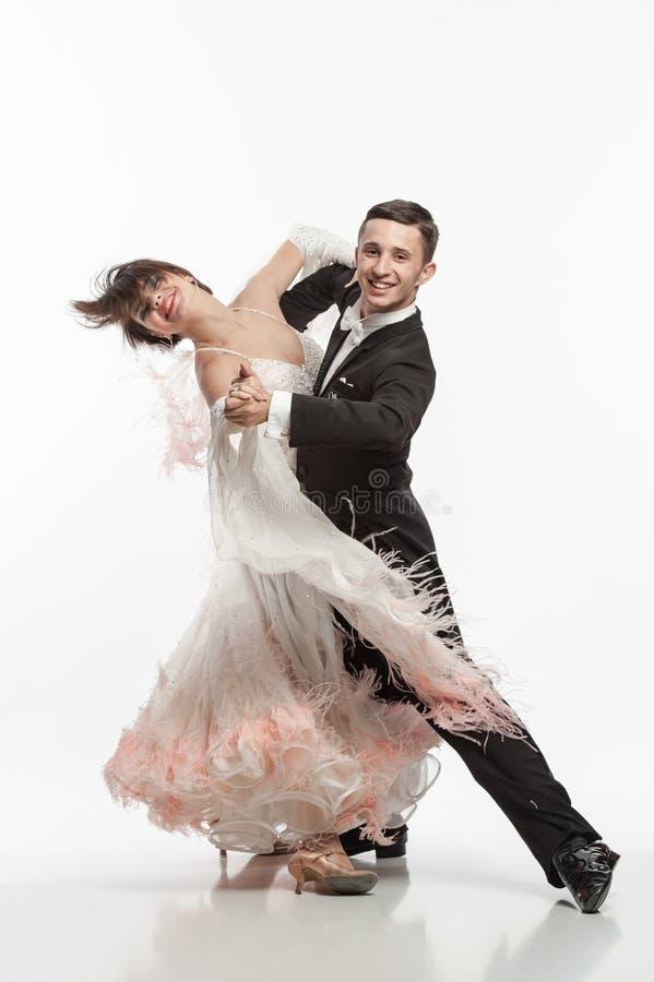 Όμορφο ζεύγος στον ενεργό χορό αιθουσών χορού στοκ φωτογραφίες με δικαίωμα ελεύθερης χρήσης