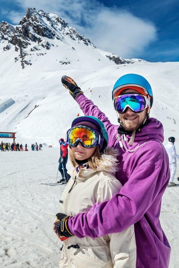 Όμορφο ζεύγος στο χιονοδρομικό κέντρο στοκ εικόνα με δικαίωμα ελεύθερης χρήσης