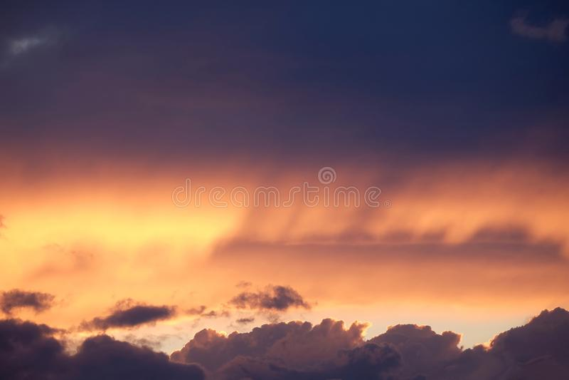 Όμορφο ζωηρόχρωμο ηλιοβασίλεμα ουρανού με τα μυστικά υπερφυσικά χρωματισμένα σύννεφα στο φλογερό ουρανό στοκ φωτογραφία