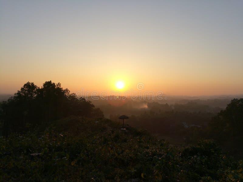 Όμορφο ηλιοβασίλεμα από το υψηλό βουνό στοκ φωτογραφία