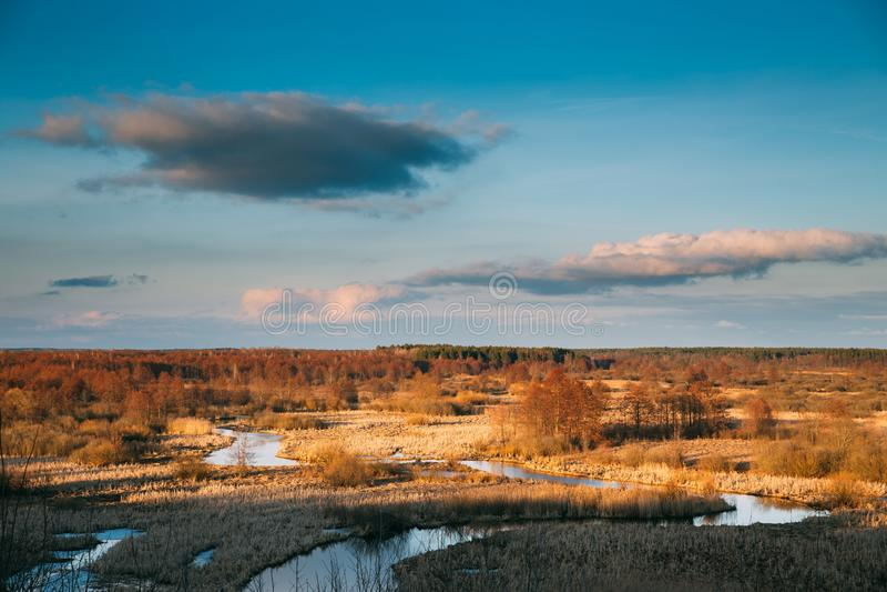 Όμορφο ηλιοβασίλεμα επάνω από το τοπίο δασών και ποταμών στα τέλη του φθινοπώρου ή την πρώιμη εποχή άνοιξης Φυσική άποψη του ουρα στοκ εικόνα