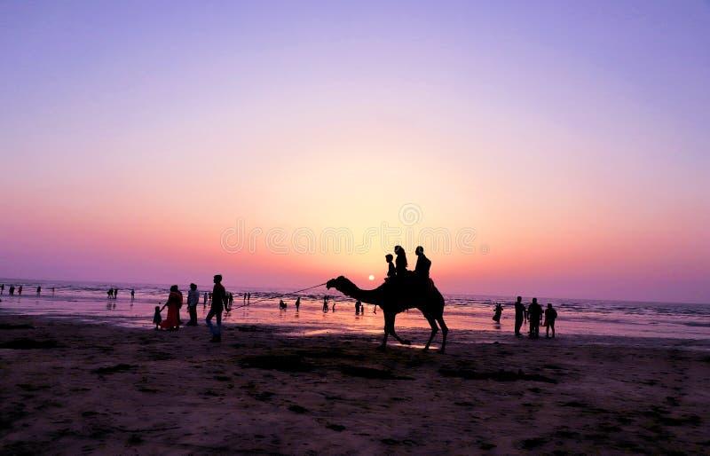 Όμορφο ηλιοβασίλεμα, καταπληκτική ζωηρόχρωμη φύση, τρομερή παραλία και ρομαντικό ηλιοβασίλεμα στοκ εικόνα