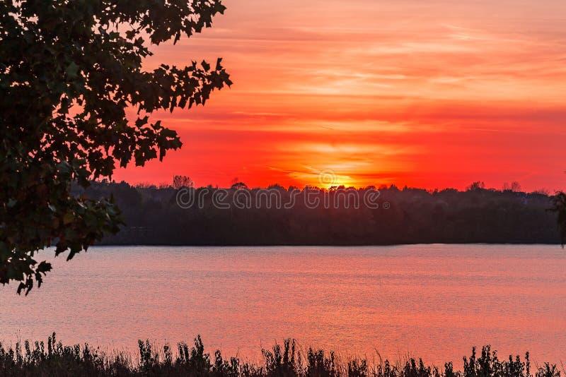 Όμορφο ηλιοβασίλεμα με τα χρώματα πέρα από τη λίμνη Zorinski Ομάχα Νεμπράσκα στοκ φωτογραφίες