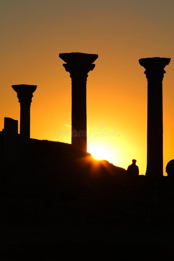 Όμορφο ηλιοβασίλεμα με τη σκιαγραφία των αρχαίων στηλών σε Chersonese Taurida, Κριμαία στοκ εικόνες