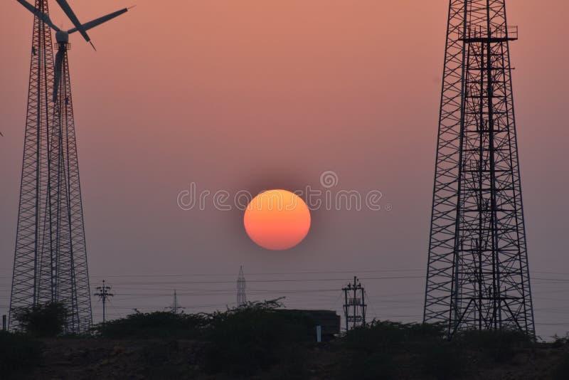 Όμορφο ηλιοβασίλεμα με το σύγχρονο ανεμόμυλο thar στην έρημο jaisalmer Rajasthan Ινδία στοκ φωτογραφία