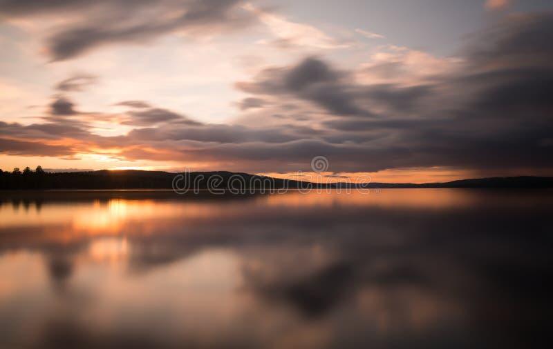 Όμορφο ηλιοβασίλεμα πέρα από μια σουηδική φυσική λίμνη στοκ εικόνα με δικαίωμα ελεύθερης χρήσης