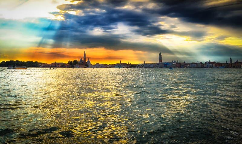 Όμορφο ηλιοβασίλεμα πέρα από τη Βενετία, φωτογραφία πανοράματος στοκ φωτογραφίες