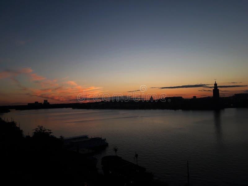 Όμορφο ηλιοβασίλεμα πέρα από τη λίμνη, άποψη από το ύψος, Στοκχόλμη στοκ εικόνες