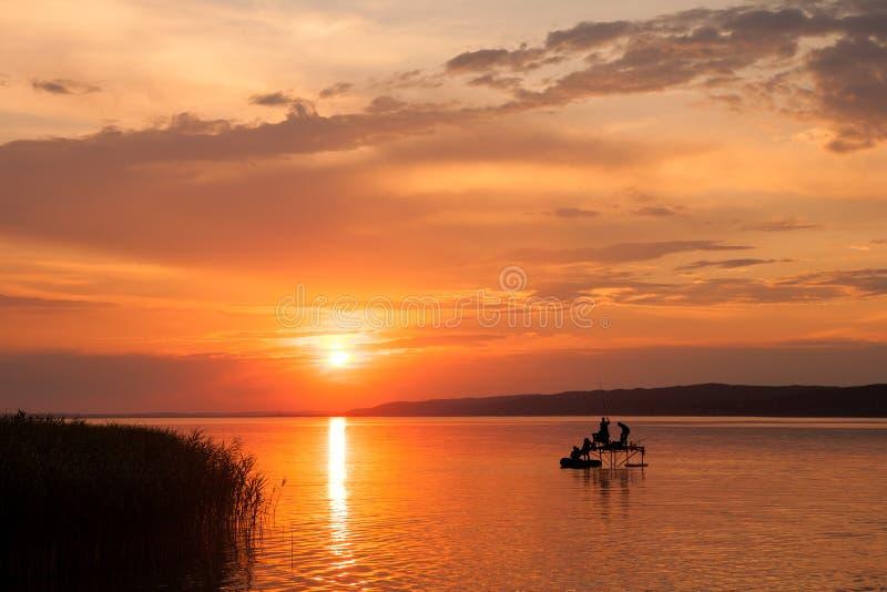 Όμορφο ηλιοβασίλεμα πέρα από τη λίμνη Balaton στοκ εικόνα