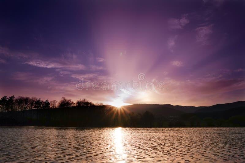 Όμορφο ηλιοβασίλεμα πέρα από τη σλοβάκικη λίμνη στοκ εικόνα με δικαίωμα ελεύθερης χρήσης