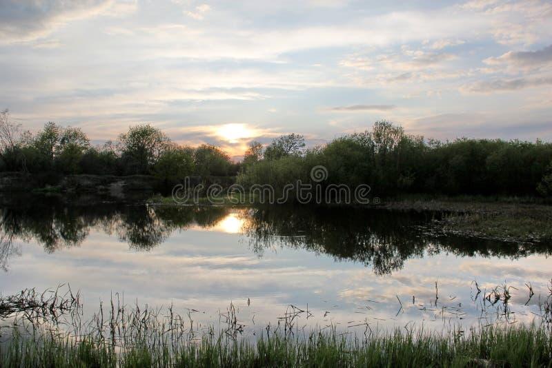 Όμορφο ηλιοβασίλεμα πέρα από τον ποταμό στοκ φωτογραφίες με δικαίωμα ελεύθερης χρήσης