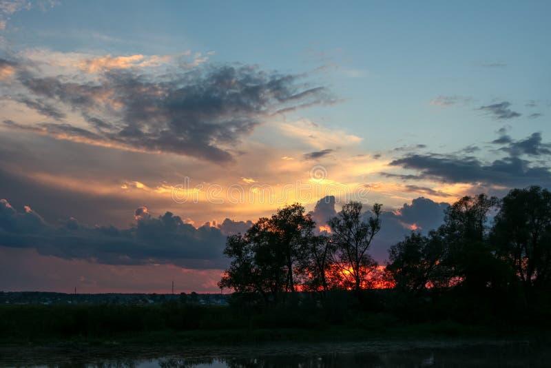 Όμορφο ηλιοβασίλεμα πέρα από τον ποταμό στοκ εικόνα με δικαίωμα ελεύθερης χρήσης
