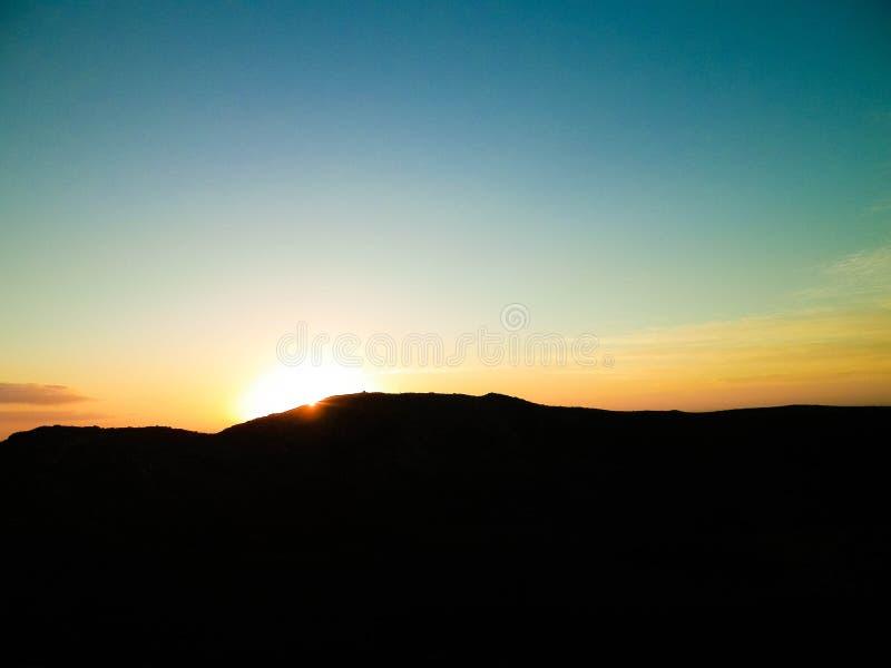 Όμορφο ηλιοβασίλεμα πέρα από το εκλείψας ηφαίστειο Μοντάνα Roja, Lanzarote στοκ φωτογραφία