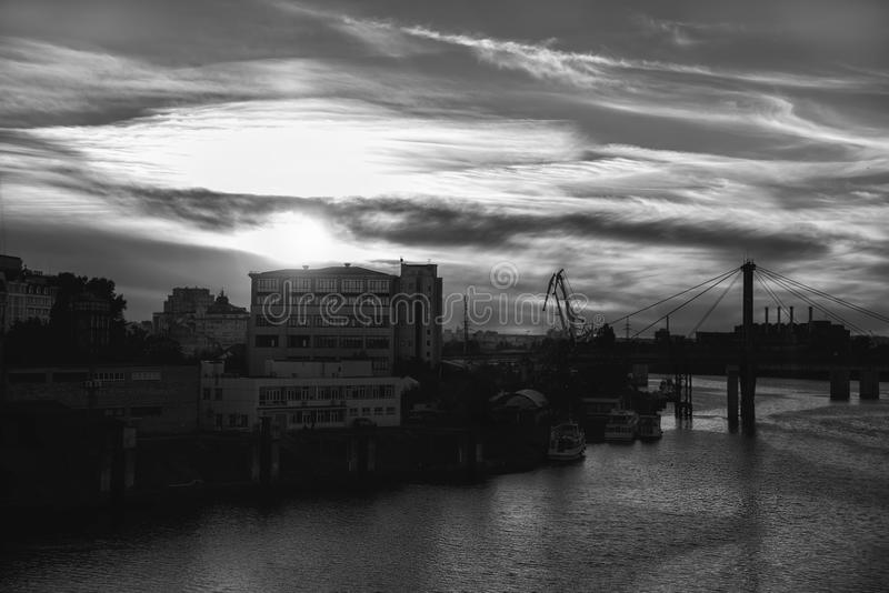 Όμορφο ηλιοβασίλεμα πόλεων στο υπόβαθρο στοκ φωτογραφία με δικαίωμα ελεύθερης χρήσης