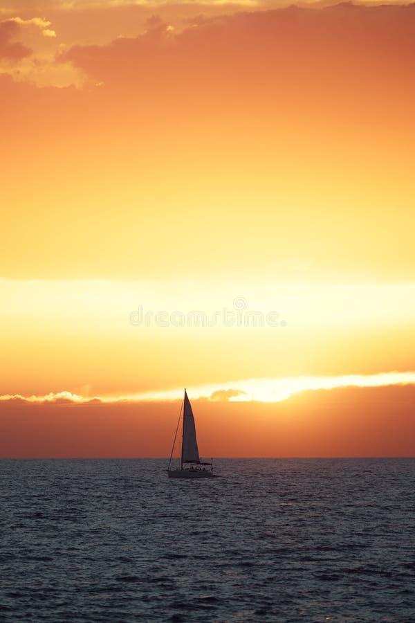Όμορφο ηλιοβασίλεμα στη θάλασσα με την πλέοντας βάρκα στοκ εικόνα με δικαίωμα ελεύθερης χρήσης