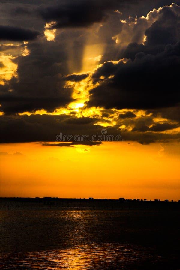 Όμορφο ηλιοβασίλεμα στη θάλασσα στην Ταϊλάνδη στοκ φωτογραφία με δικαίωμα ελεύθερης χρήσης