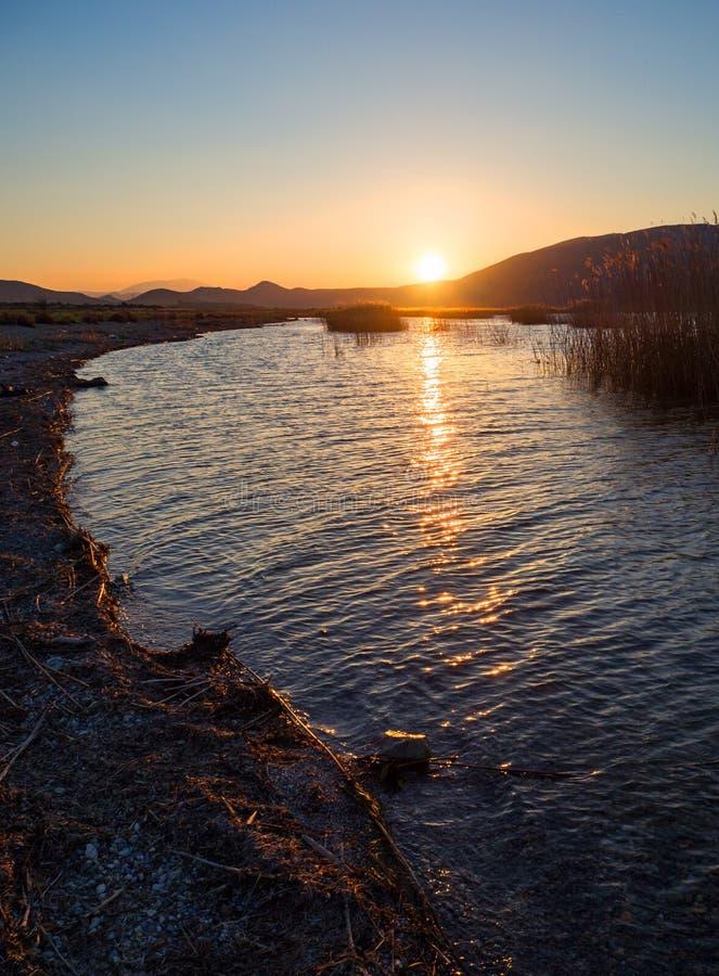 Όμορφο ηλιοβασίλεμα στη λίμνη στην Ελλάδα στοκ εικόνες