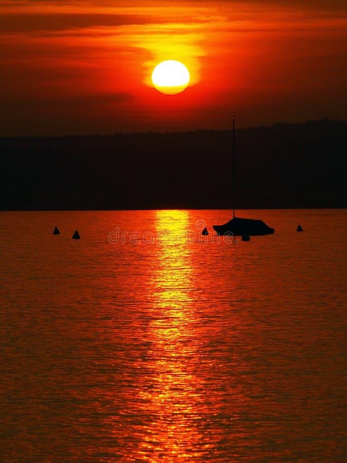 Όμορφο ηλιοβασίλεμα στη λίμνη Garda στοκ φωτογραφία με δικαίωμα ελεύθερης χρήσης