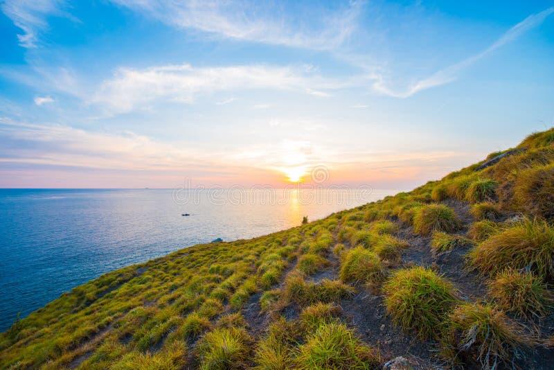 Όμορφο ηλιοβασίλεμα στο ακρωτήριο Krating, Nai Harn παραλία, Phuket, Thaila στοκ εικόνα