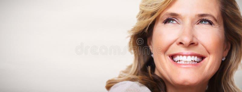 Όμορφο ηλικιωμένο πορτρέτο γυναικών στοκ εικόνα