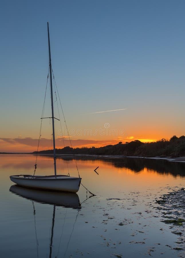 Όμορφο ηλιοβασίλεμα εν πλω με το γιοτ στο νερό στοκ φωτογραφία με δικαίωμα ελεύθερης χρήσης