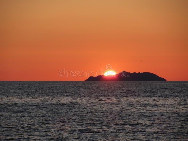 Όμορφο ηλιοβασίλεμα θάλασσας με το πανόραμα σκιαγραφιών νησιών Άποψη του νησιού Gorgona από την πόλη Λιβόρνου Ιταλία Τοσκάνη στοκ εικόνα με δικαίωμα ελεύθερης χρήσης
