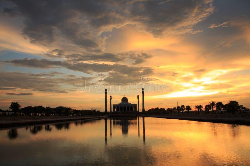 Όμορφο ηλιοβασίλεμα με το μουσουλμανικό τέμενος σκιαγραφιών στοκ εικόνες