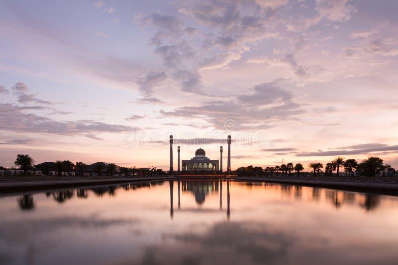 Όμορφο ηλιοβασίλεμα με το μουσουλμανικό τέμενος σκιαγραφιών στοκ εικόνες με δικαίωμα ελεύθερης χρήσης
