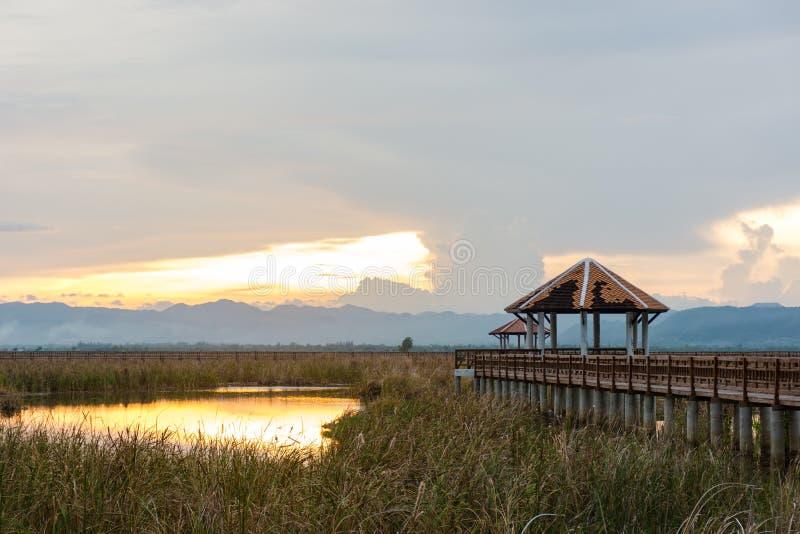 Όμορφο ηλιοβασίλεμα με το περίπτερο στο εθνικό πάρκο του Sam Roi Yot, Pra στοκ φωτογραφίες με δικαίωμα ελεύθερης χρήσης