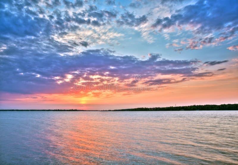 Όμορφο ηλιοβασίλεμα πέρα από τη λίμνη στοκ εικόνες