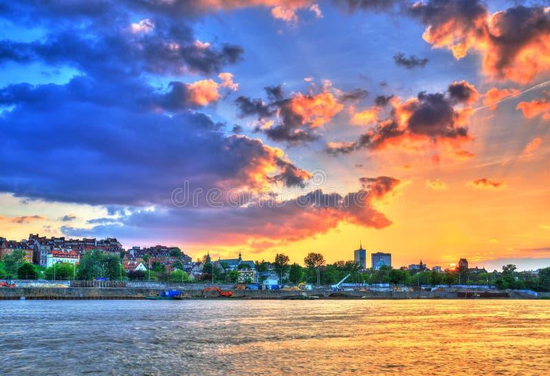 Όμορφο ηλιοβασίλεμα πέρα από τη Βαρσοβία στοκ φωτογραφία