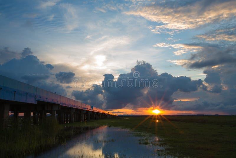 Όμορφο ηλιοβασίλεμα πέρα από τη γέφυρα στοκ φωτογραφίες