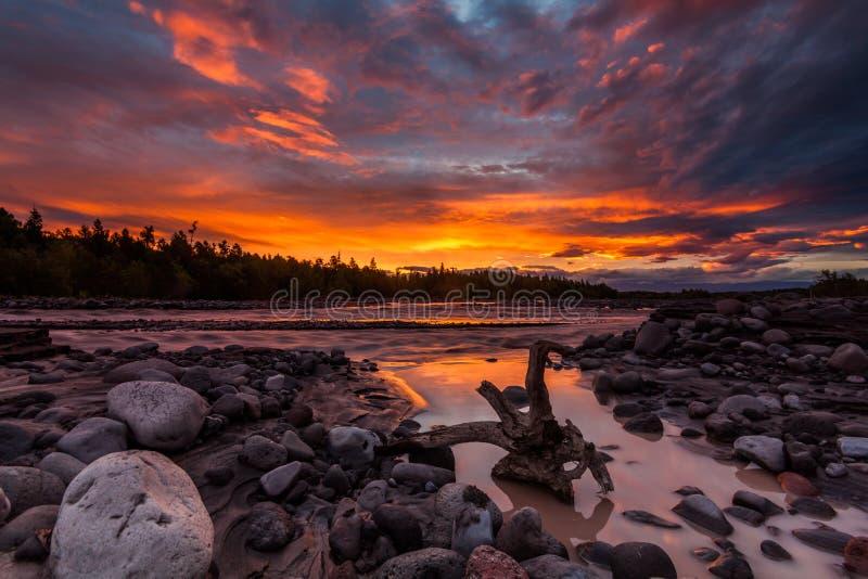 Όμορφο ηλιοβασίλεμα πέρα από τον ποταμό βουνών το καλοκαίρι στοκ φωτογραφία με δικαίωμα ελεύθερης χρήσης
