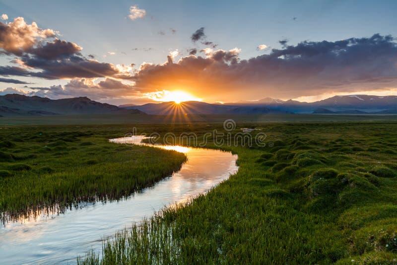 Όμορφο ηλιοβασίλεμα πέρα από τον ποταμό βουνών το καλοκαίρι στοκ εικόνες