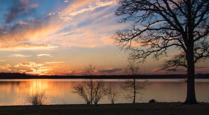 Όμορφο ηλιοβασίλεμα σε μια λίμνη στοκ φωτογραφία