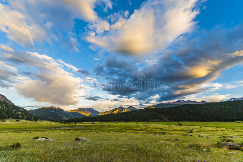 Όμορφο ηλιοβασίλεμα στα δύσκολα βουνά του Κολοράντο πάρκων Moraine στοκ φωτογραφία με δικαίωμα ελεύθερης χρήσης