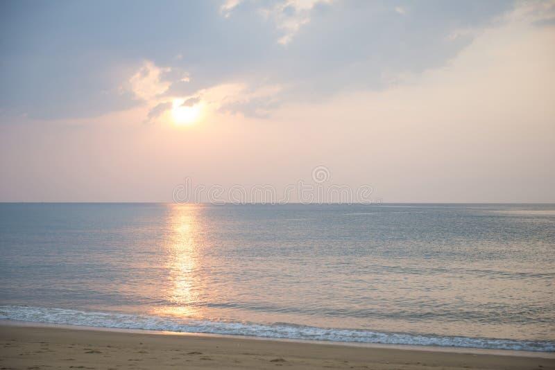 Όμορφο ηλιοβασίλεμα στην παραλία της Mai Khao στοκ εικόνα
