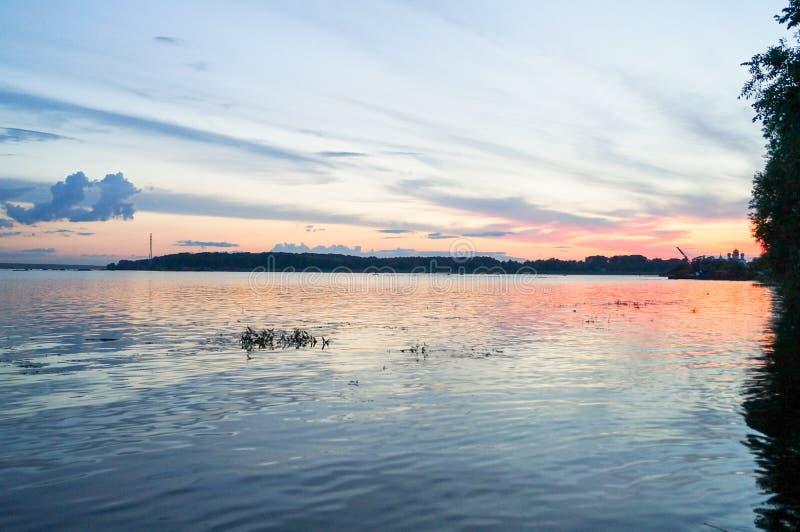 Όμορφο ηλιοβασίλεμα στον ποταμό στοκ φωτογραφία